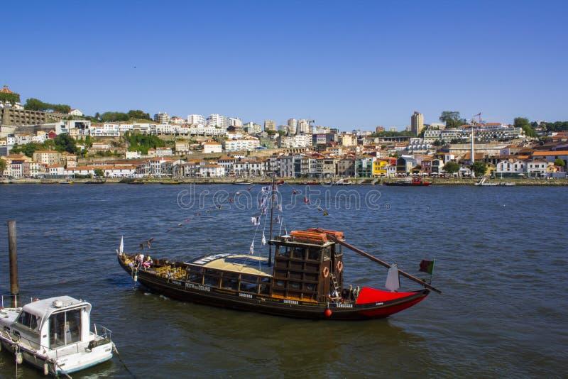 Традиционная шлюпка Rabelo на реке Дуэро стоковая фотография