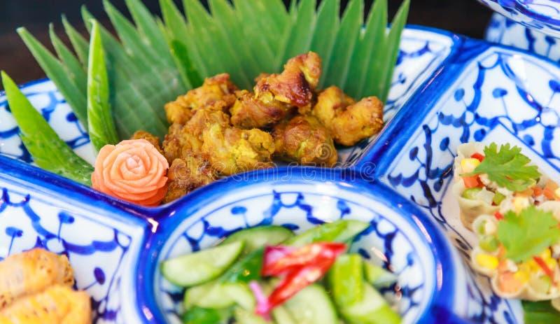Традиционное блюдо Тайской кухни: Крылья жареной курицы турмерина, чеснока и черного перца Еда улицы Таиланда культурная, очень в стоковое изображение rf