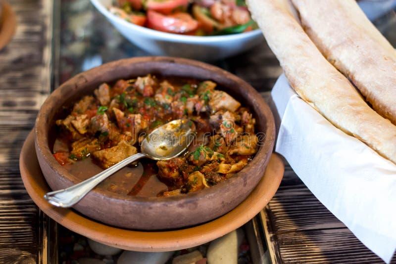 Традиционное грузинское блюдо - ostri - горячее, пряная еда стоковые фото