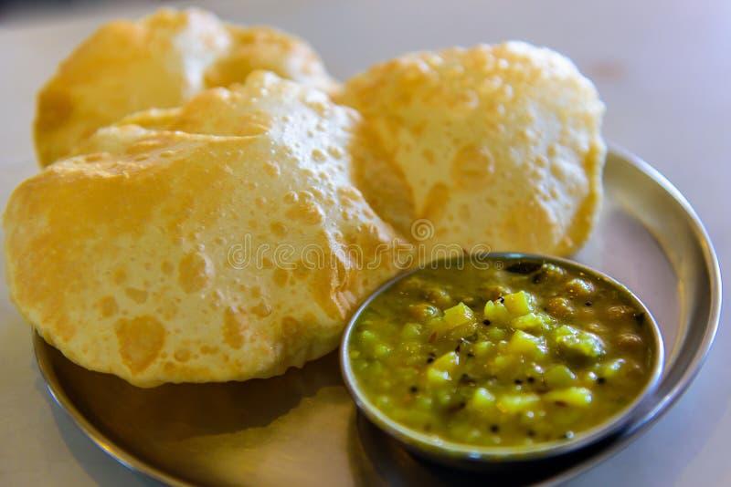 Традиционное индийское vegeterian bhaji puri еды стоковое изображение rf