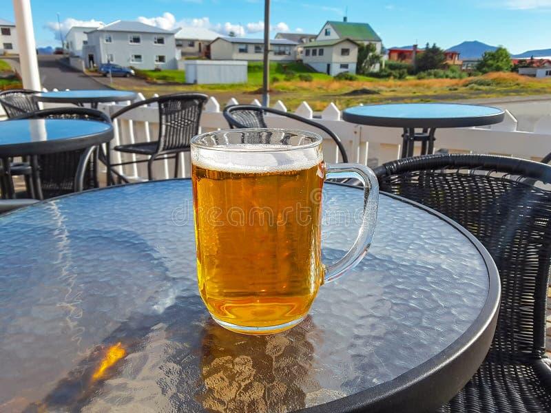 Традиционное исландское пиво в большой кружке, Исландия стоковое фото