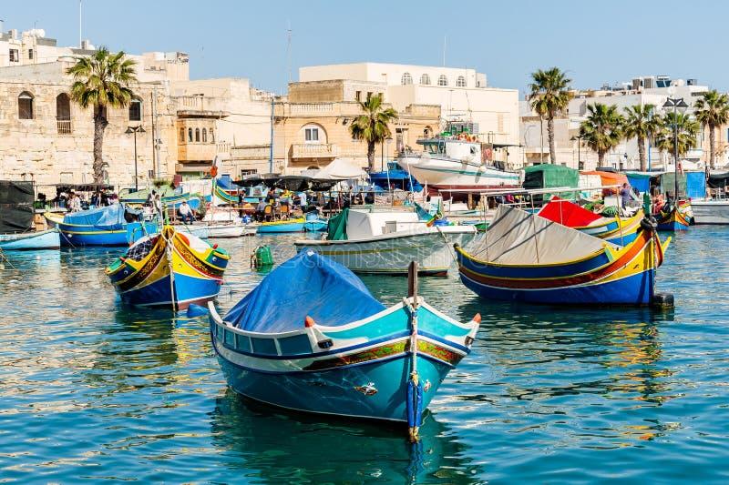 Традиционное мальтийское luzzu рыбацкой лодки стоковые фотографии rf