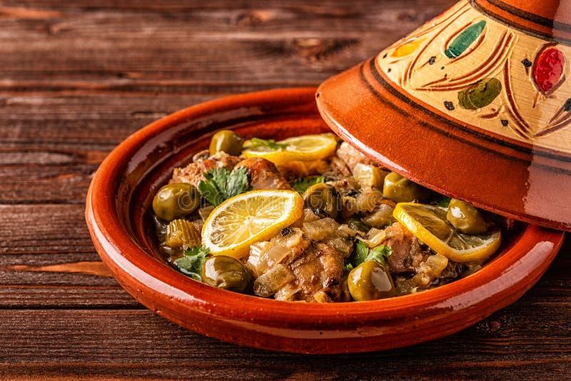Традиционное морокканское tagine цыпленка с оливками и посоленными лимо стоковое фото rf