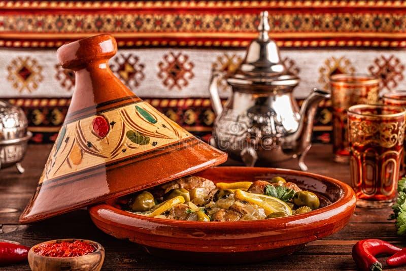 Традиционное морокканское tagine цыпленка с оливками и посоленными лимо стоковые фото