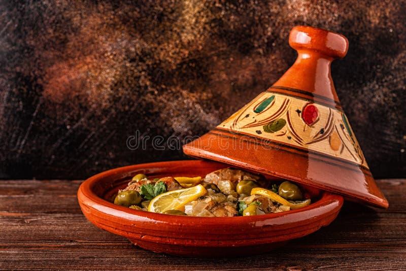 Традиционное морокканское tagine цыпленка с оливками и посоленными лимонами стоковые фото