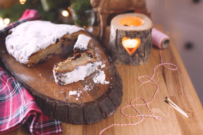 Традиционное немецкое рождество stollen на деревенской предпосылке с украшением и елью рождества Традиционное праздничное печенье стоковые изображения