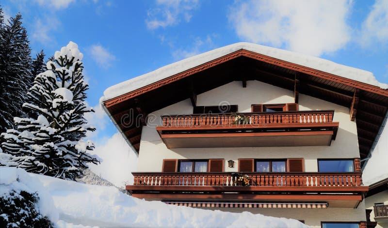 Традиционное шале горных лыж стоковое изображение rf