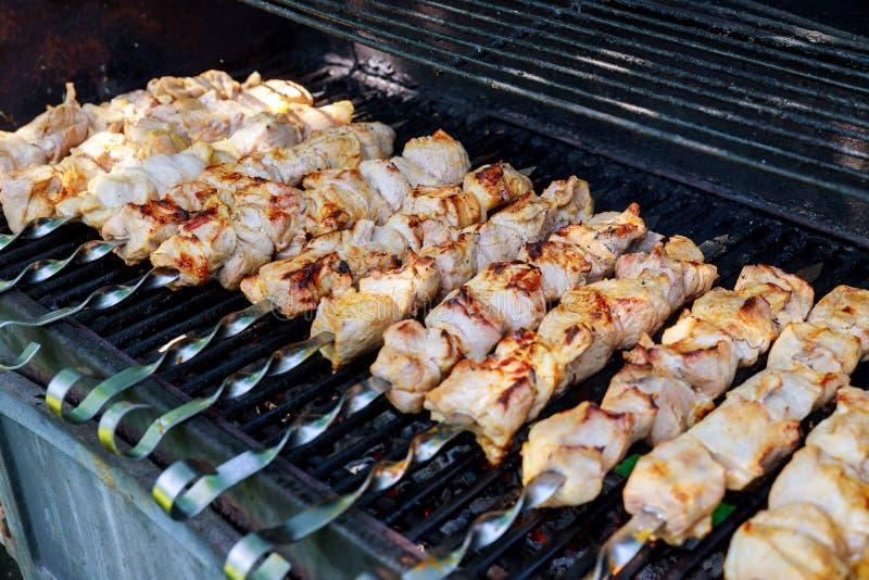 Традиционное shashlik на протыкальнике барбекю с как крупным планом дальше стоковое фото