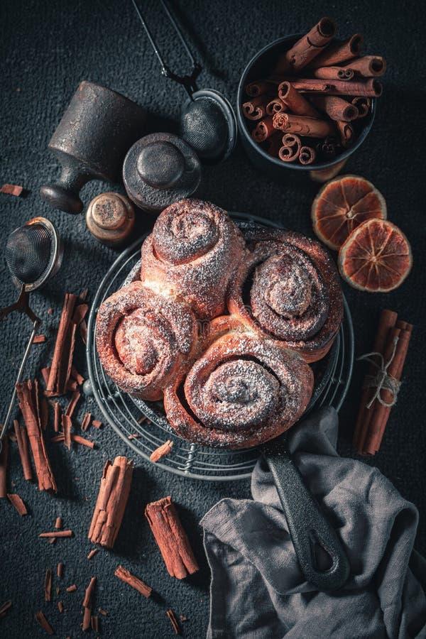 Традиционно корица катается как капризный классический десерт стоковое изображение rf