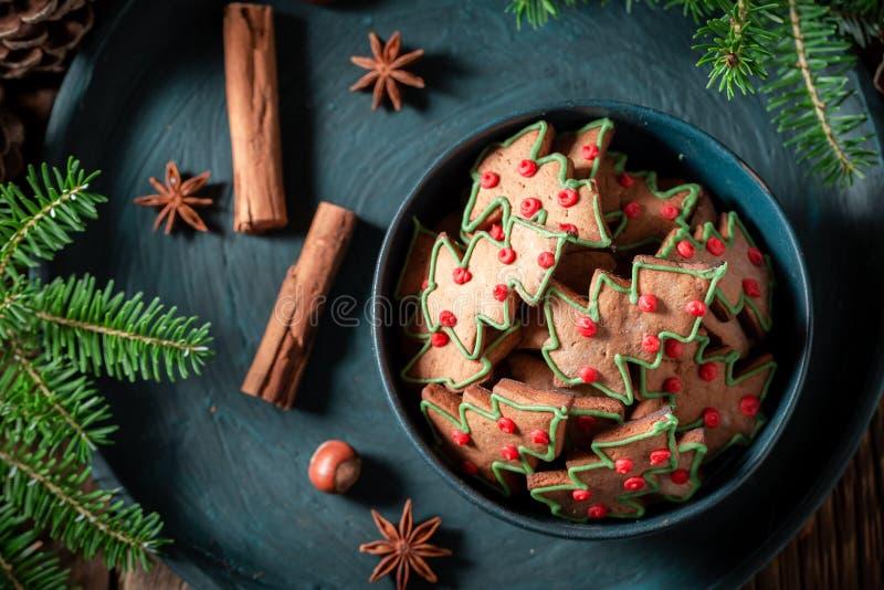 Традиционно печенья пряника для рождества в голубом шаре стоковые изображения rf