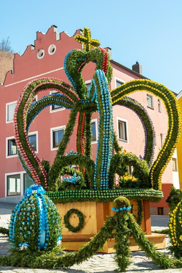 Традиционно украшенный фонтан пасхи в Kipfenberg стоковые фото