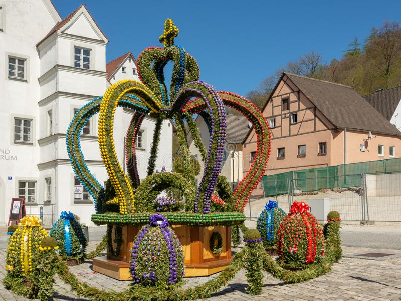 Традиционно украшенный фонтан пасхи в Kipfenberg стоковые изображения rf