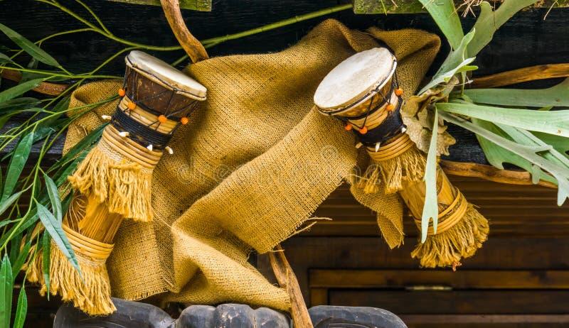 Традиционные африканские барабанчики вися на крыше, культурные аппаратуры djembe Африки, предпосылки музыки стоковое фото