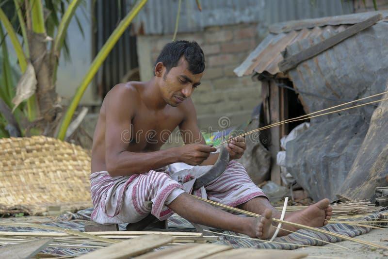 Традиционные вентиляторы руки сделаны на Cholmaid в соединении Dhaka's Bhatara после приносить сырье от Mymensingh стоковая фотография rf