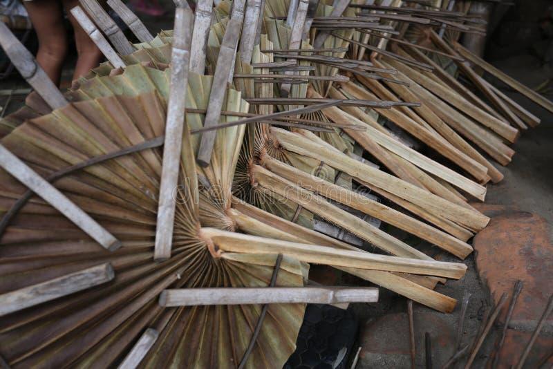 Традиционные вентиляторы руки сделаны на Cholmaid в соединении Dhaka's Bhatara после приносить сырье от Mymensingh стоковое изображение