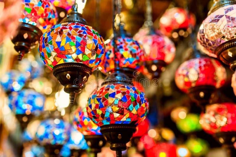 Традиционные винтажные турецкие лампы в грандиозном базаре в Istanbu стоковые фотографии rf
