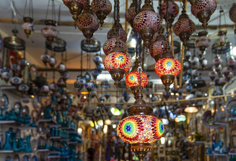 Традиционные винтажные турецкие лампы в гранд-базаре в Стамбуле стоковое фото
