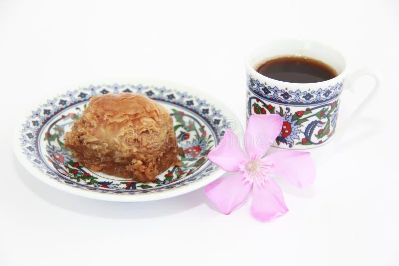 Традиционные восточные турецкие арабские сладкие бахлава и чашка кофе стоковые фотографии rf