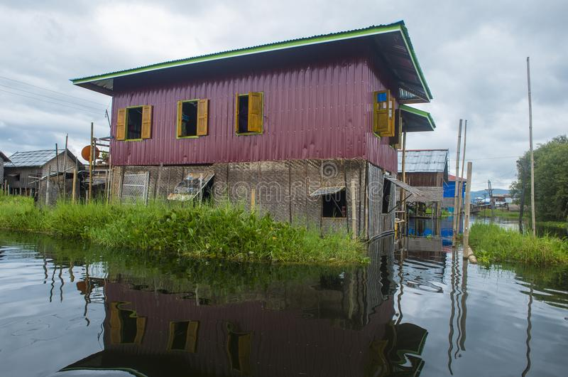 Традиционные деревянные дома ходулей в озере Мьянме Inle стоковые фото