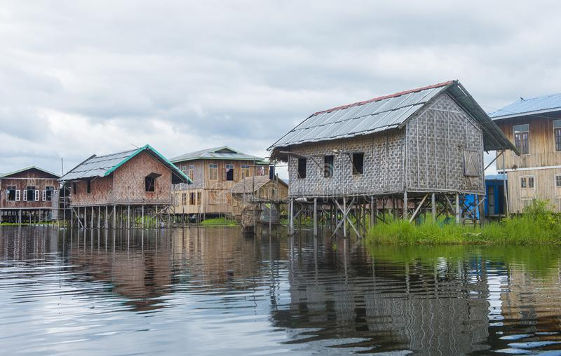 Традиционные деревянные дома ходулей в озере Мьянме Inle стоковое изображение rf