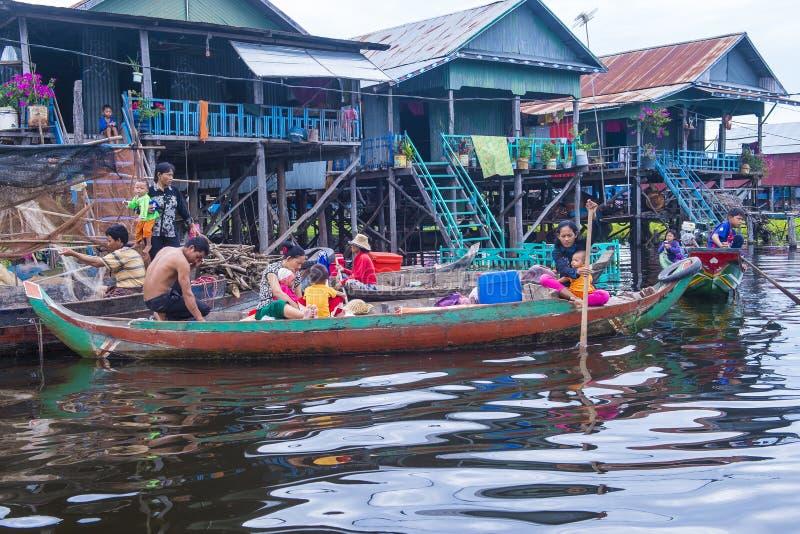 Традиционные деревянные дома ходулей в Tonle сушат озеро Камбоджу стоковые изображения rf