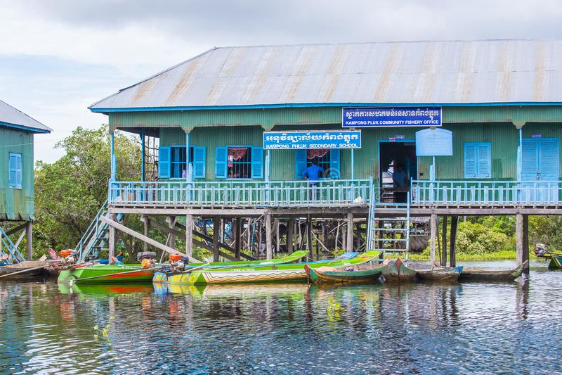 Традиционные деревянные дома ходулей в Tonle сушат озеро Камбоджу стоковое изображение