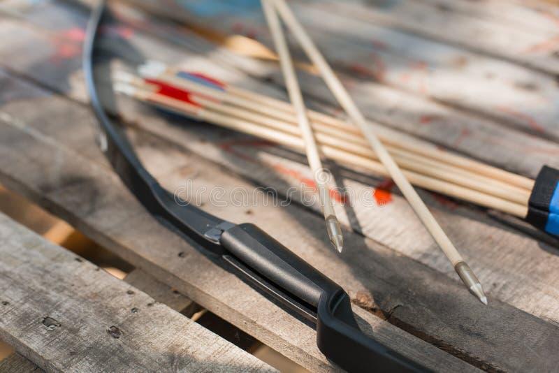 Традиционные деревянные стрелки с fletching пера и деревянный смычком стоковые фото