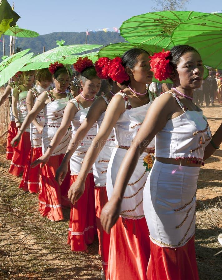 Традиционные женщины Jingpo с парасолями стоковое фото