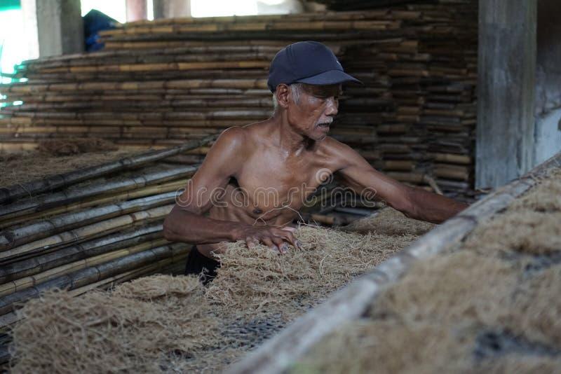 Традиционные заводской рабочий лапши в Yogyakarta, Индонезии стоковое фото