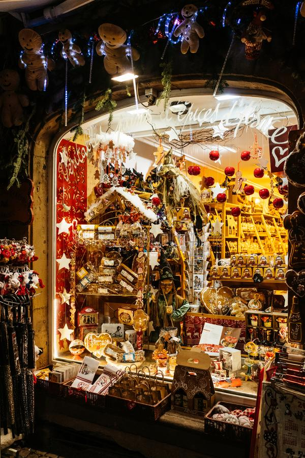 Традиционные игрушки и помадки в покупках окна витрины стоковое фото rf