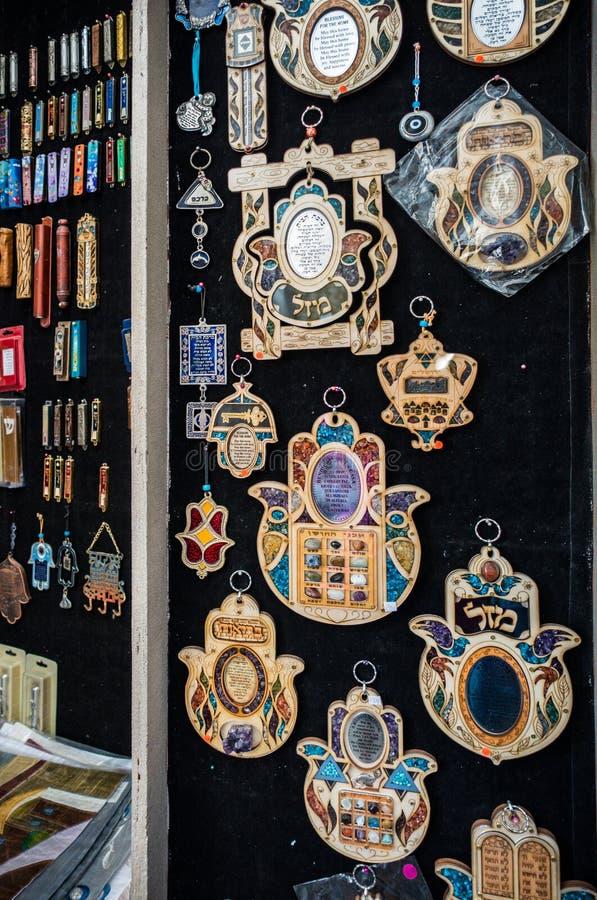 Традиционные израильские религиозные талисман и шармы вися на темной стене стоковые фотографии rf