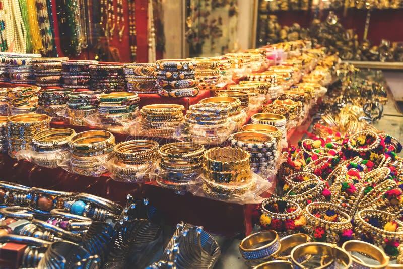 Традиционные индийские bangles и браслеты на рынке стоковые изображения