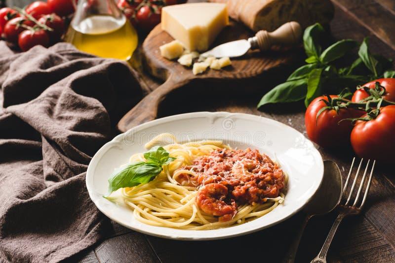 Традиционные итальянские спагетти макаронных изделий с томатным соусом и креветками стоковая фотография
