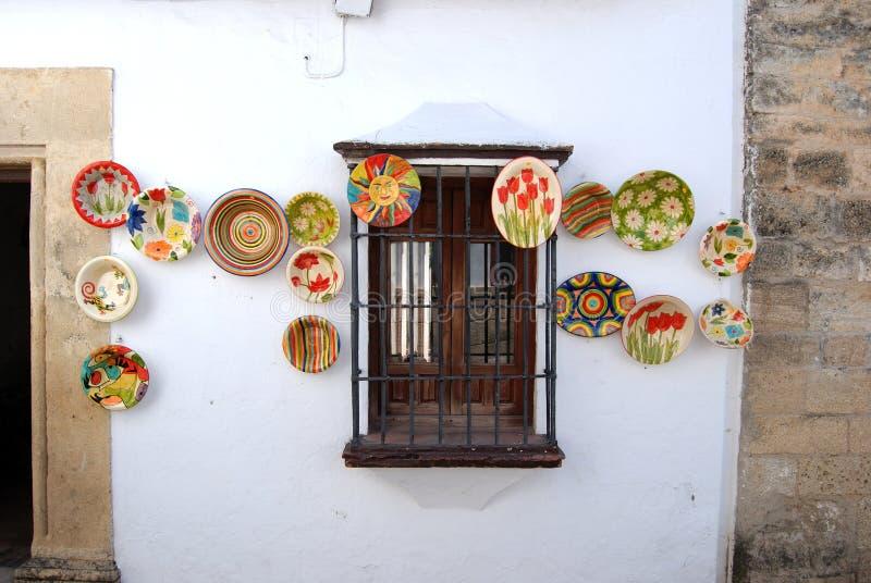Традиционные керамические плиты показанные на строя стене в старом городке, Ronda, Испании стоковая фотография