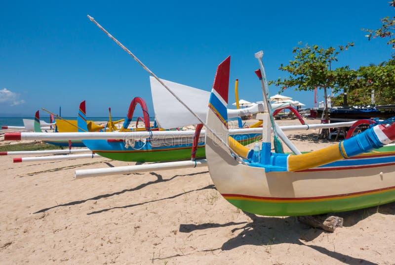 Традиционные красочные балийские рыбацкие лодки на пляже в Бали стоковая фотография
