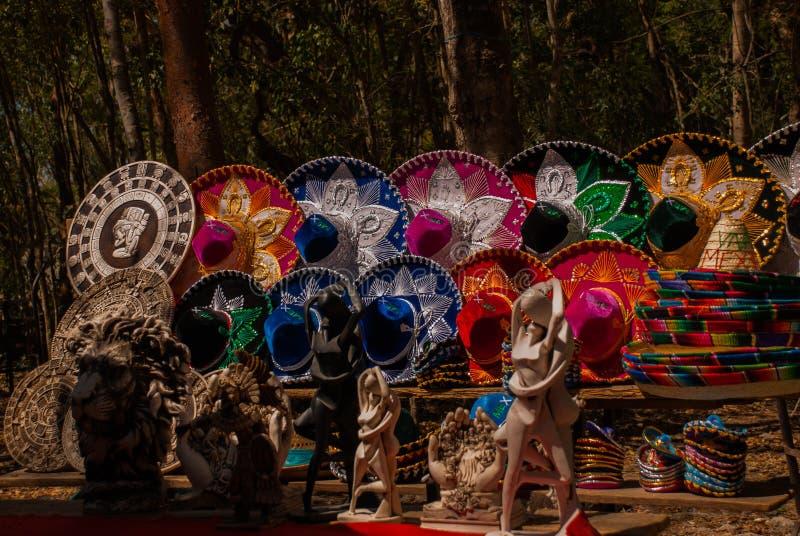 Традиционные красочные мексиканские шляпы sombrero, сувениры проданы к туристам на рынке Мексика стоковое изображение rf
