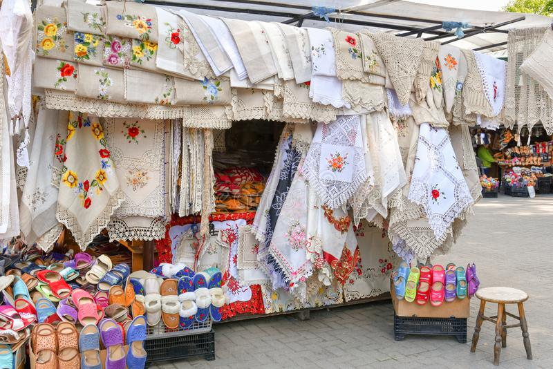 Традиционные польские handmade скатерти и сувениры, стойл рынка, Zakopane, Польша стоковые изображения