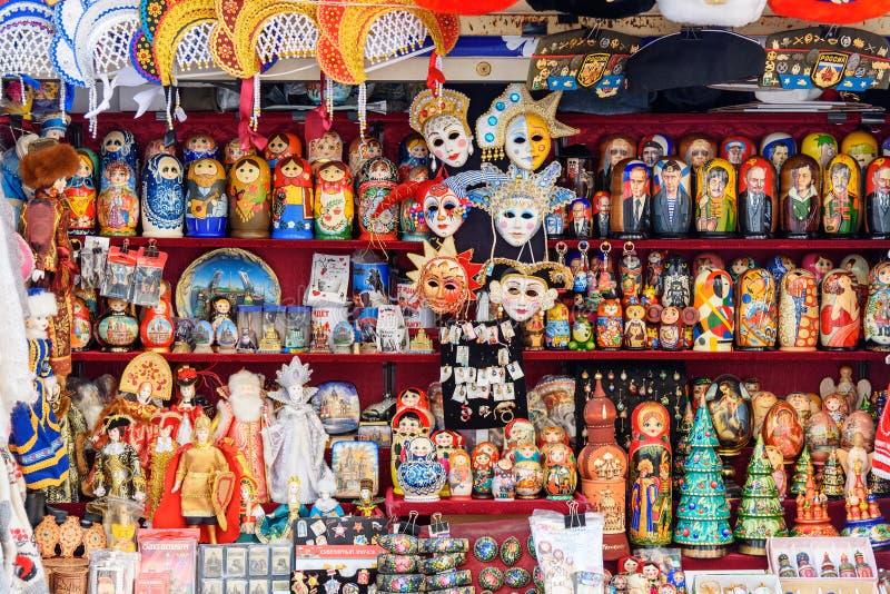 Традиционные русские сувениры, кукла Matryoshka для продажи в магазине сувенира святой petersburg России моста okhtinsky стоковое фото rf