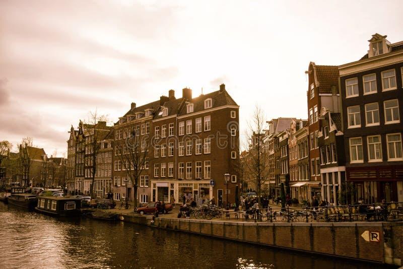 Традиционные старые здания и канал в Амстердаме, Нидерланд стоковое фото rf
