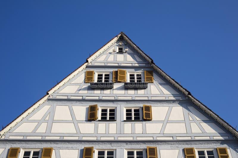 Традиционные старые немецкие дома в голубом небе стоковое фото