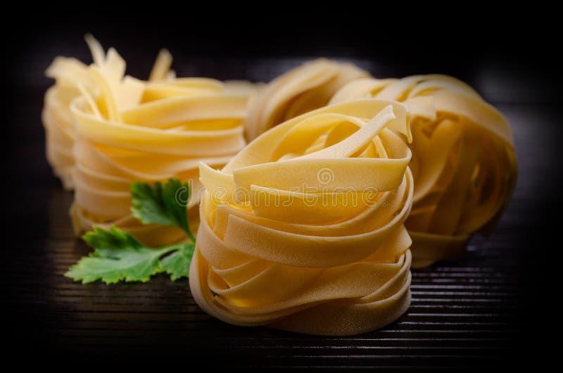 Традиционные сухие макаронные изделия fettuccine стоковая фотография rf