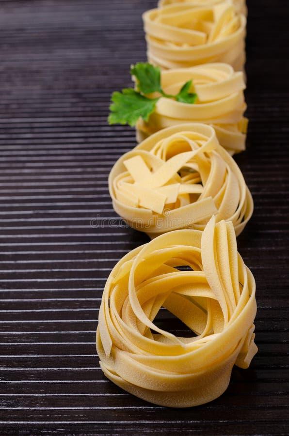 Традиционные сухие макаронные изделия fettuccine стоковое фото rf