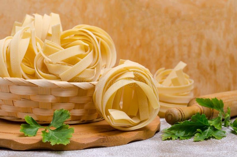 Традиционные сухие макаронные изделия fettuccine стоковые изображения