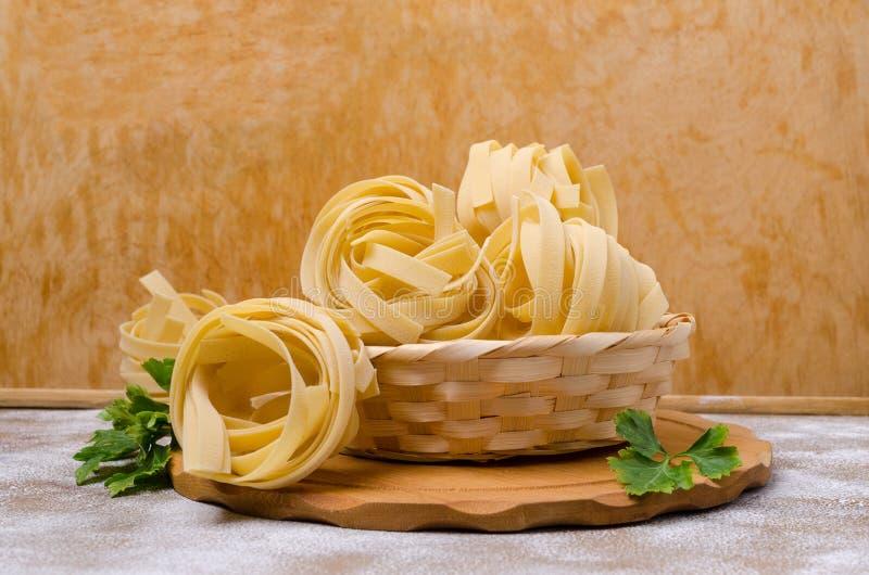 Традиционные сухие макаронные изделия fettuccine стоковые фото