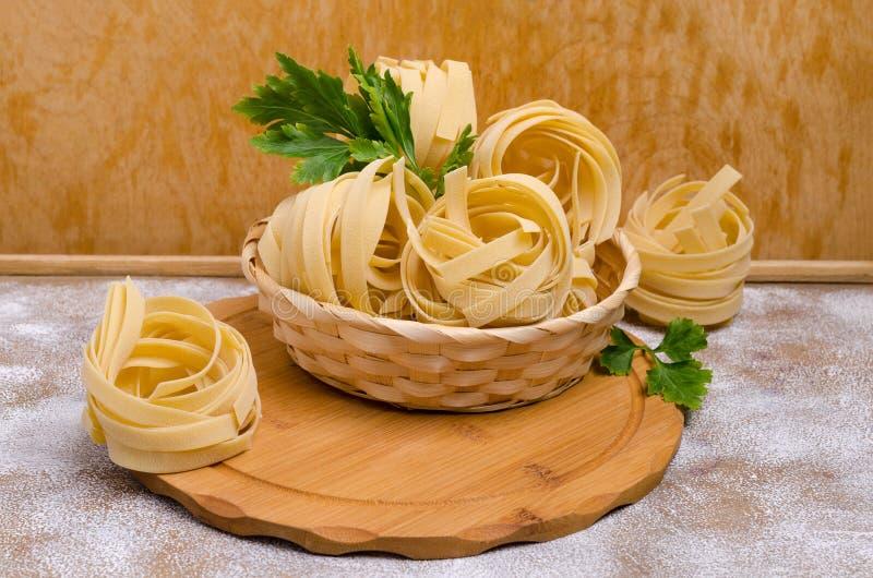 Традиционные сухие макаронные изделия fettuccine стоковое изображение rf