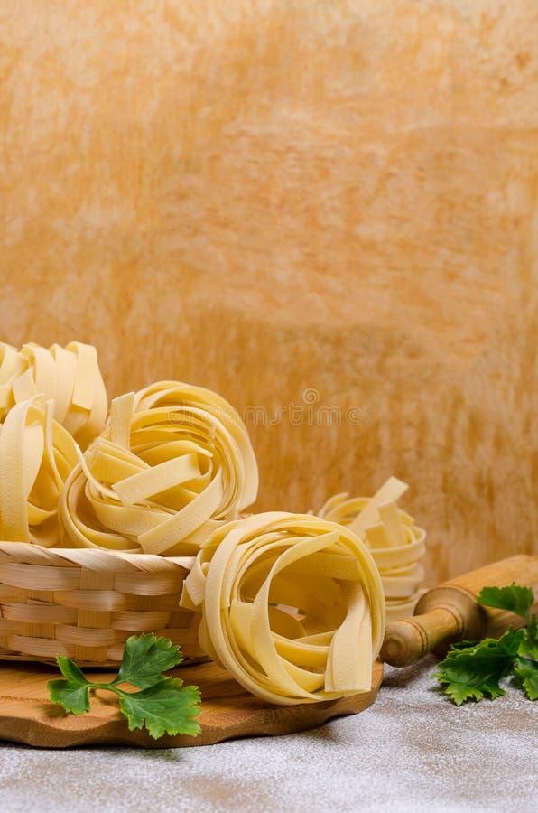 Традиционные сухие макаронные изделия fettuccine стоковые фотографии rf