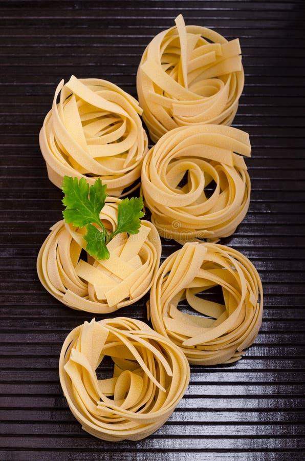 Традиционные сухие макаронные изделия fettuccine стоковое фото