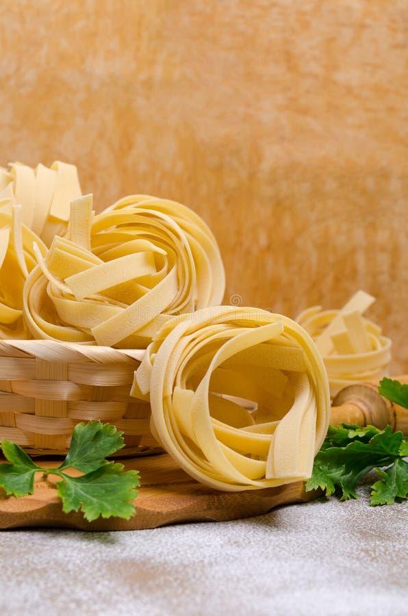 Традиционные сухие макаронные изделия fettuccine стоковое изображение