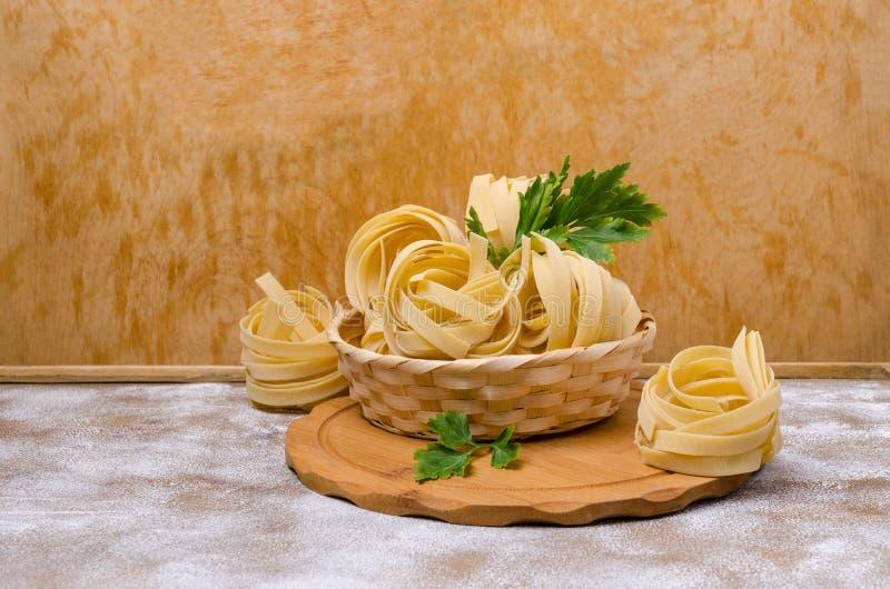 Традиционные сухие макаронные изделия fettuccine стоковые изображения rf
