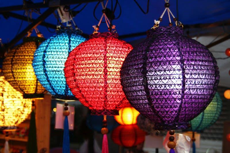 Традиционные тайские красочные фонарики на рынке ночи стоковое фото rf